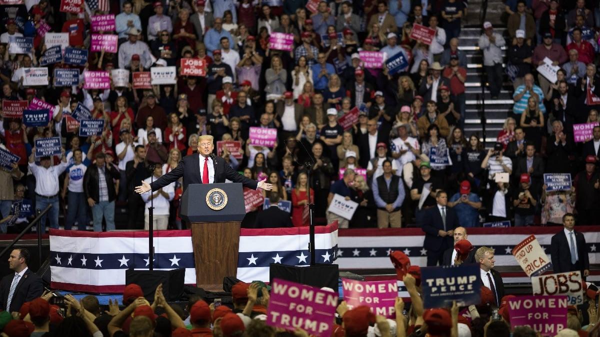 2018年10月22日,特朗普總統在德州的一場集會上發表演講。(Loren Elliott/Getty Images)