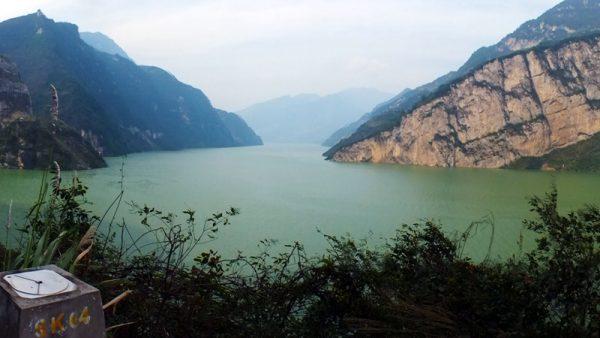 風水師認為,三峽大壩的修建切斷了中華民族的龍脈,將中華民族的巴山蜀水風流之地盡毀其中。( STR/AFP/Getty Images)