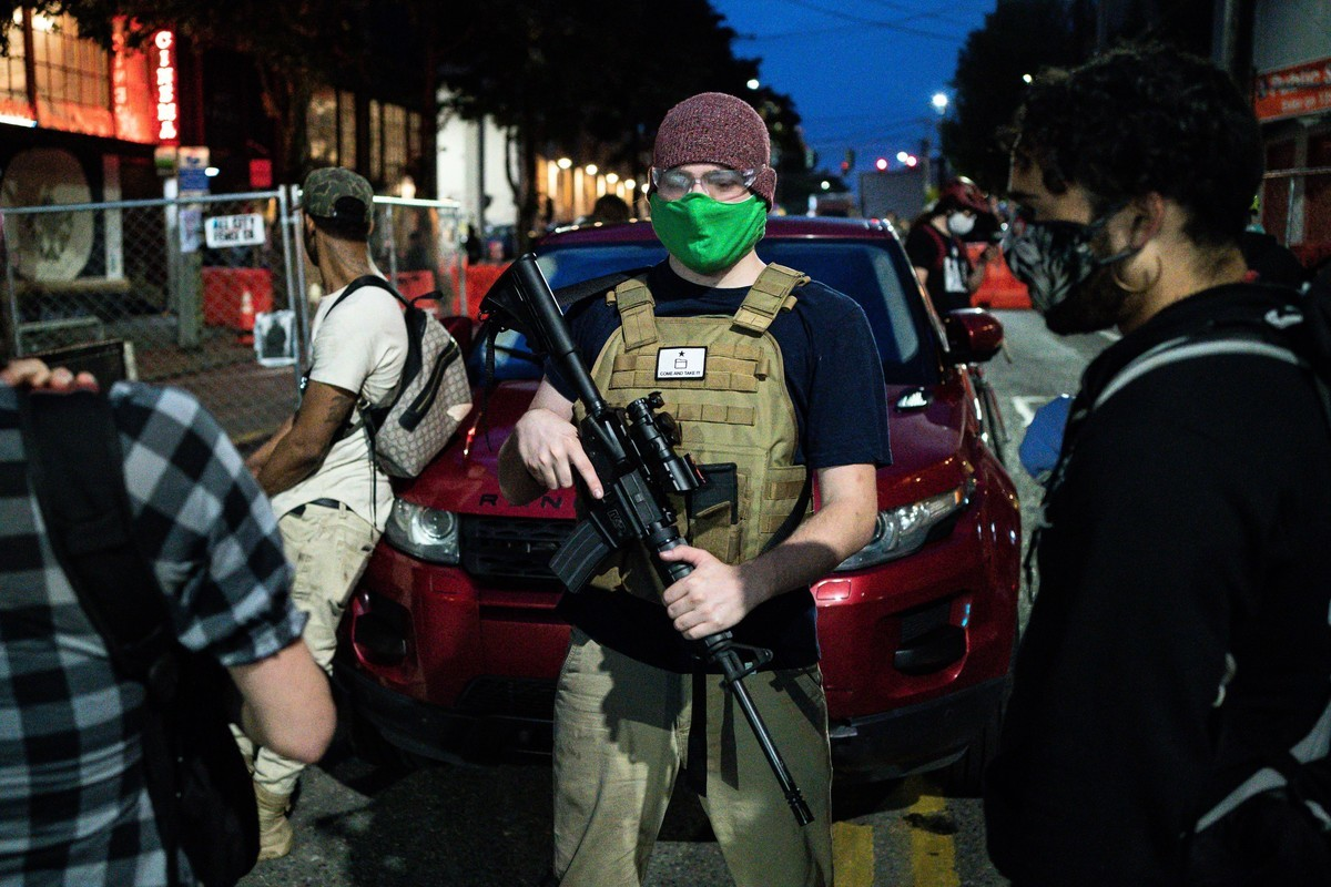 2020年6月10日,美國華盛頓州西雅圖「國會山自治區」(CHAZ)內的持槍巡邏者。(David Ryder/Getty Images)