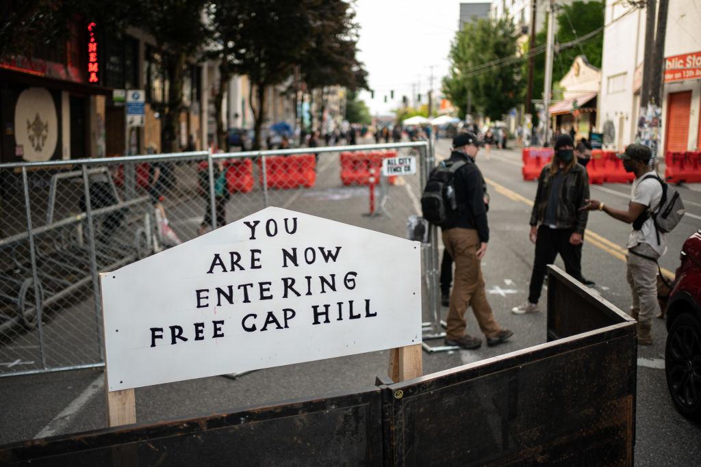 2020年6月10日,美國華盛頓州西雅圖「國會山自治區」(CHAZ)入口處的路標和路障。(David Ryder/Getty Images)