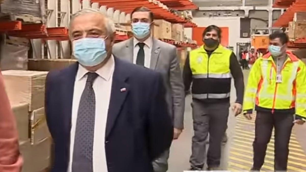 智利遭爆料,染疫病故人數有兩個不同版本,引發爭議,總統皮涅拉13日宣佈,衛生部長馬納立(前)下台。(影片截圖)