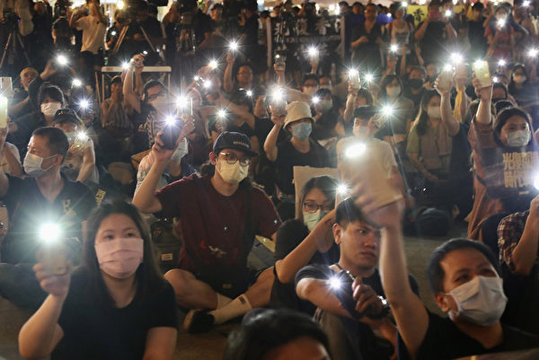 「抗爭未完,台港同行」反送中周年晚會2020年6月13日在台北自由廣場登場,與會民眾席地而坐,隨著舞台演出,拿出手機點亮燈光,盼為港人點亮希望。(中央社)
