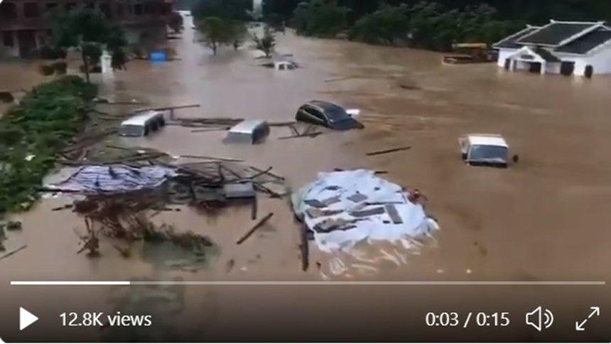 廣西遭特大暴雨襲擊房屋倒塌汽車被沖走。(視頻截圖)