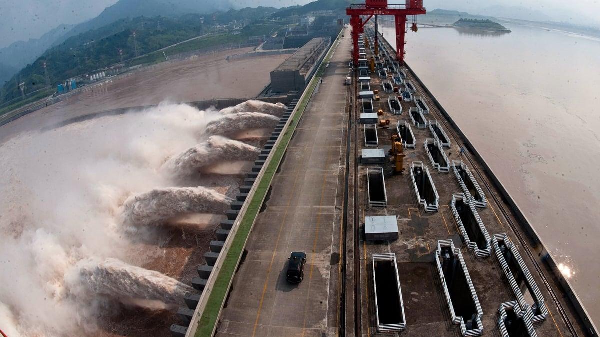 三峽工程洩洪流速每秒達60餘公里,破壞力遠遠大於板橋潰壩洪水。(STR/AFP/GettyImages)