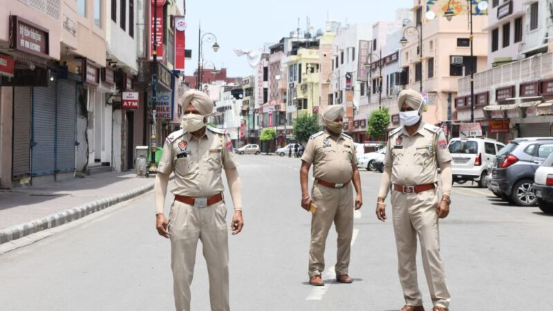 2020年6月13日,為預防中共病毒疫情,印度旁遮普警察人員實行嚴格的封鎖規範。(NARINDER NANU/AFP via Getty Images)