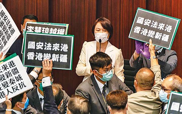 中共繞過香港立法會,勁行宣佈進行「港版國安法」,5月22日,香港民主派議員在立法會抗議。(Getty Images)