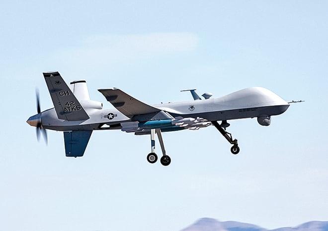 一架正在飛行的美國空軍MQ-9收割者無人機,翼下掛載激光制導炸彈。(U.S. Air Force)