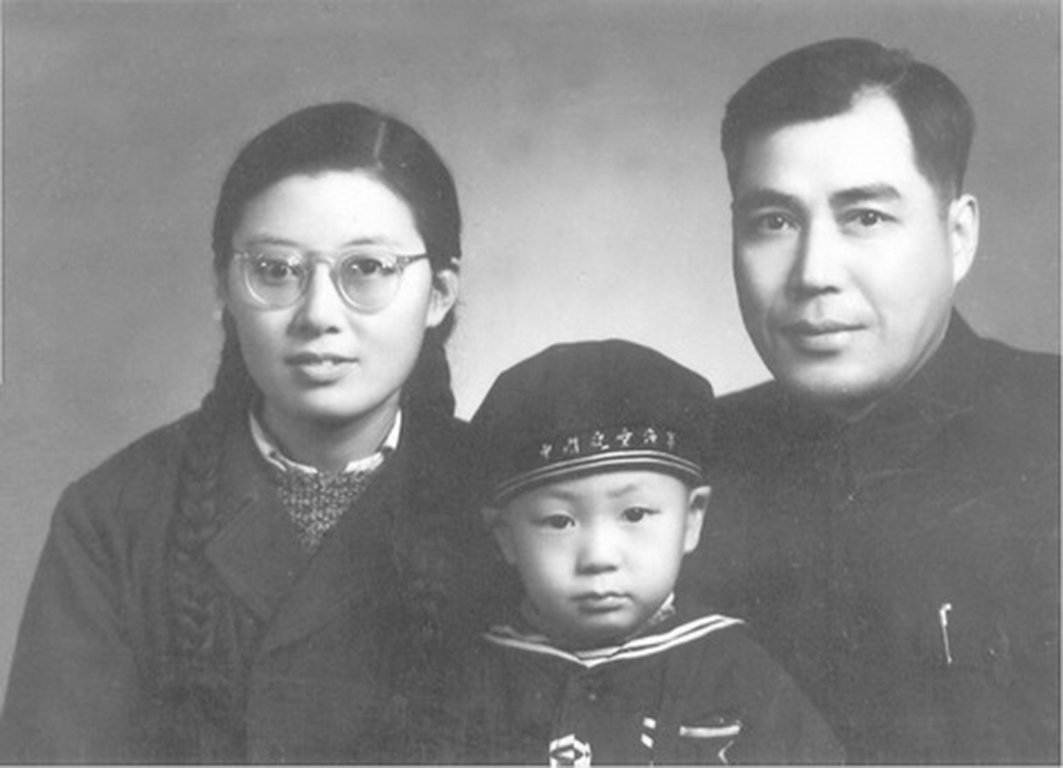 1950年代張愷帆的全家福照片。(網絡圖片)