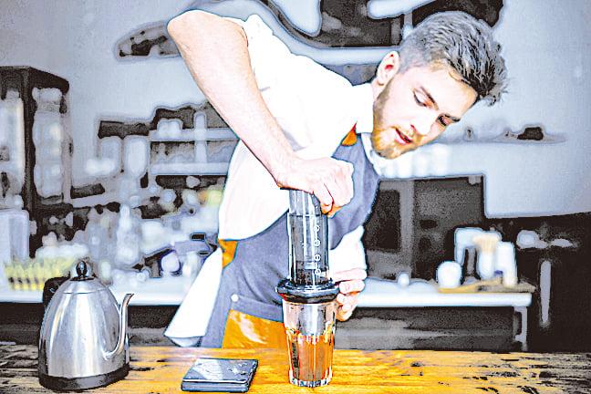 愛樂壓是新發明的咖啡沖泡法,由壺身、濾蓋、活塞壓筒三大部份組成。