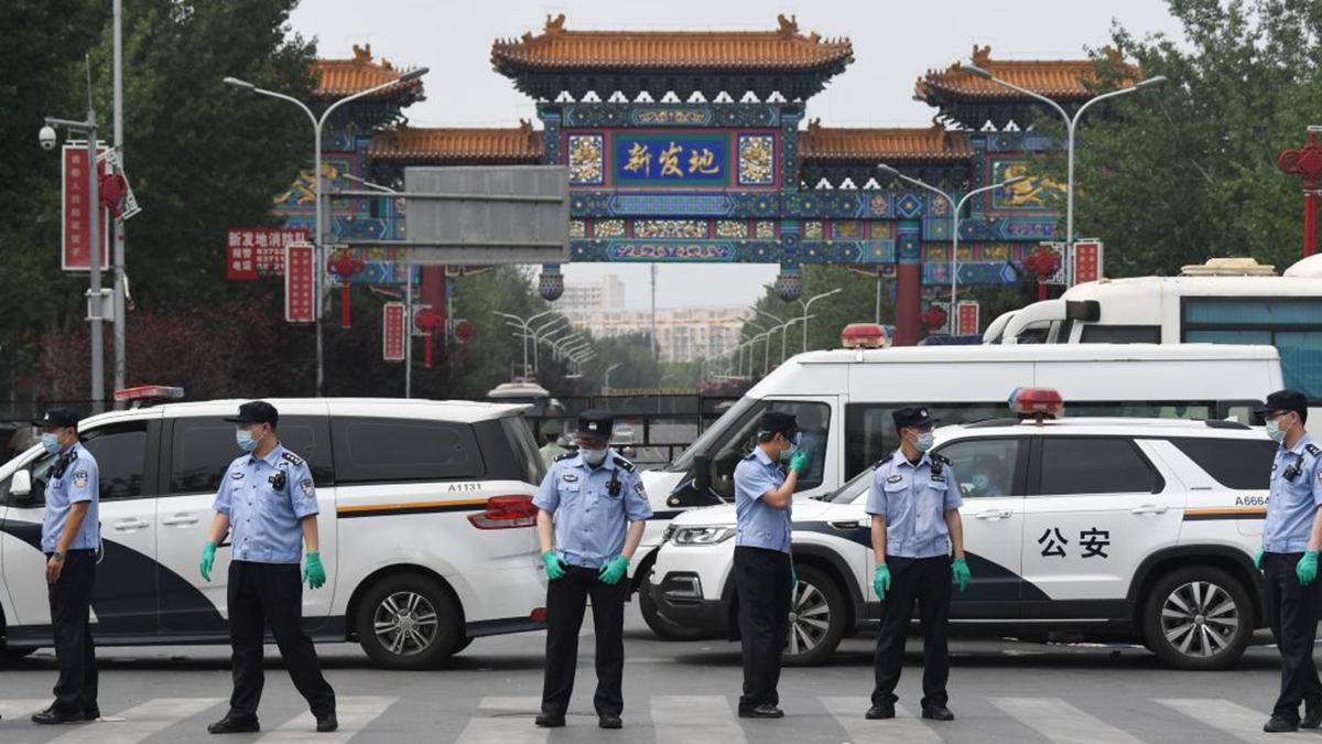 2020年6月12日,大批武警和警察進駐新發地批發市場。(GREG BAKER/AFP via Getty Images)