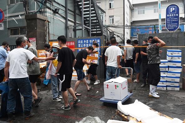 北京豐台區「新發地批發市場」爆發群聚感染,感染人數激增。(GREG BAKER/AFP via Getty Images)