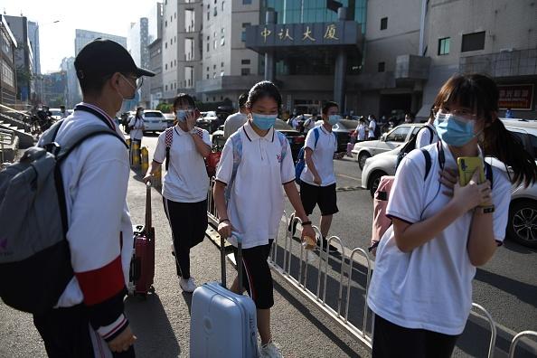北京豐台區「新發地批發市場」爆發群聚感染,感染人數激增,市場周邊一些學校停課。(GREG BAKER/AFP via Getty Images)