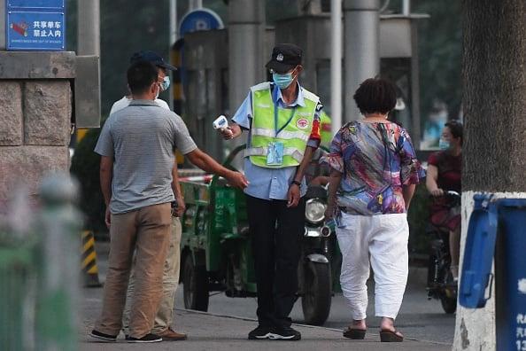 北京豐台區「新發地批發市場」爆發群聚感染,感染人數激增,市場及周邊小區已實行封閉式管理。(GREG BAKER/AFP via Getty Images)