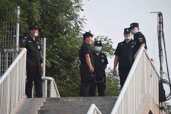 北京爆發疫情,新發地批發市場被關閉,大批武警和公安進駐。(GREG BAKER/AFP via Getty Images)