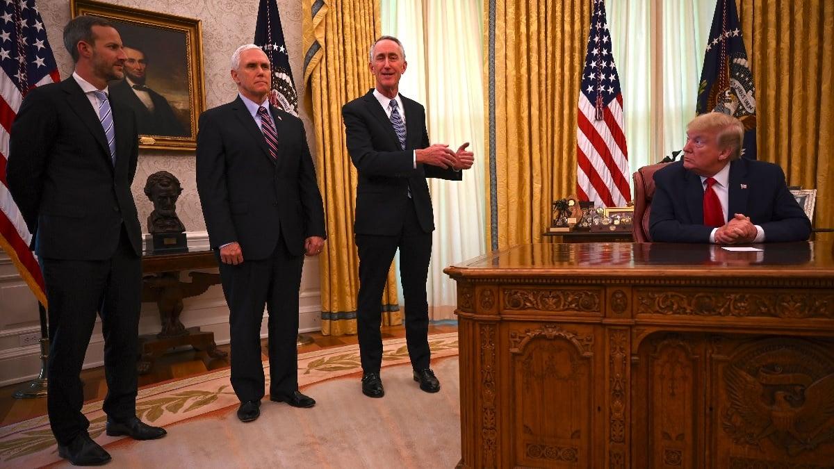 5月1日,美國國際發展金融公司(DFC)行政總裁亞當·伯勒(Adam Boehler,左)在白宮橢圓形辦公室。(JIM WATSON/AFP via Getty Images)