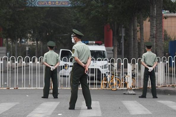 大批武警和警察進駐新發地批發市場。(GREG BAKER/AFP via Getty Images)