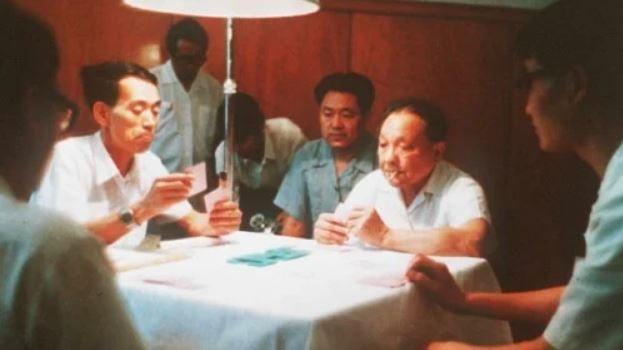 圖為1984年6月24日,鄧小平(右二)在北京與朋友打橋牌。(AFP/Getty Images)