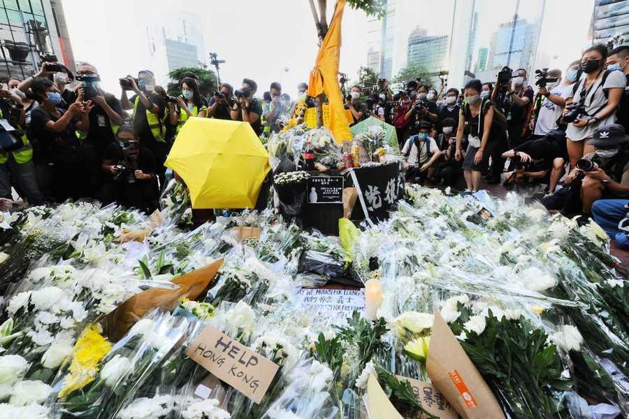 【組圖】6.15梁凌杰逝世一周年 大批市民太古廣場獻花悼念