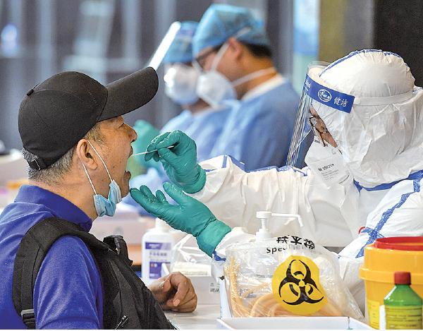 陸 媒 報 道 指,至少十多 個省市警告當 地市民不要前 往北京,並且 加強往返北 京人員的管 理。圖為一 名近日曾到 訪北京的人 士,進入南京 前需接受病毒測試。(STR/ AFP via Getty Images)