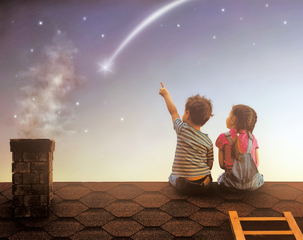 漫漫人生,大部份的時候,我們都希望墜落時,能有人在下面接住。然而,開始學習去接住他人,才是成為一個大人的必經歷程(shutterstock)