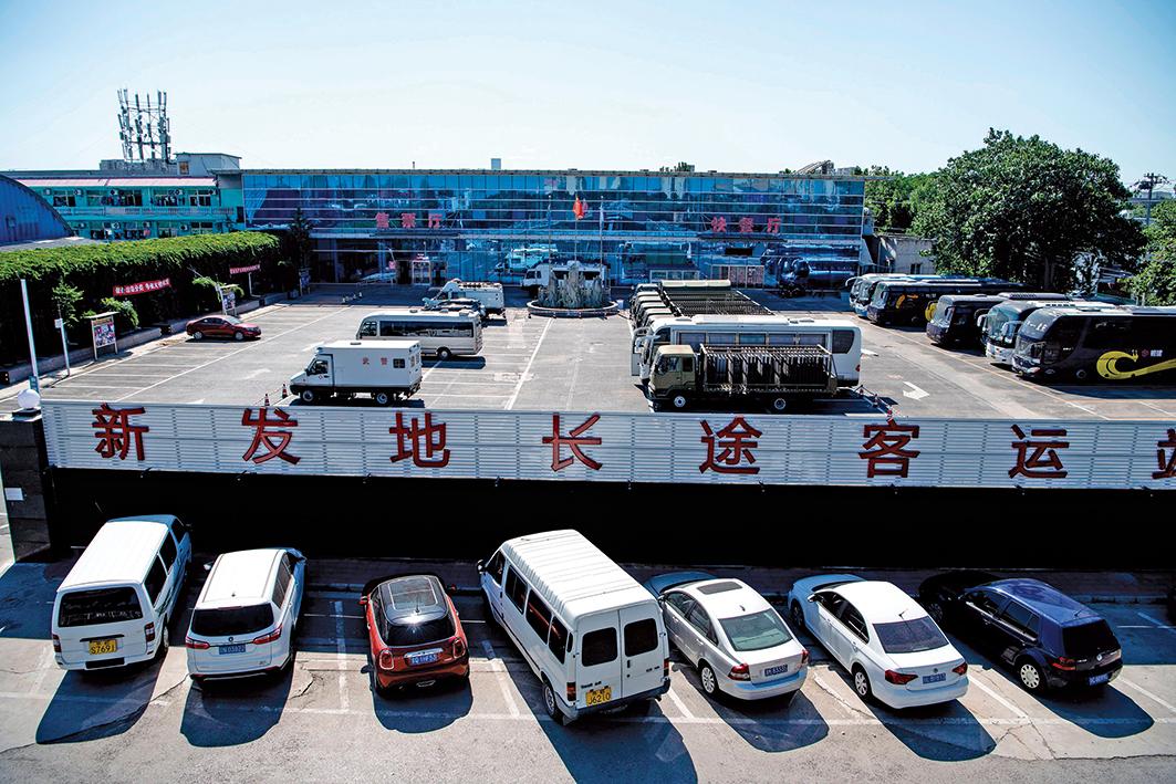 北京新發地批發市場疫情擴大。圖為新發地客運站6月13日已閉站,長途客運停運。(Getty Images)