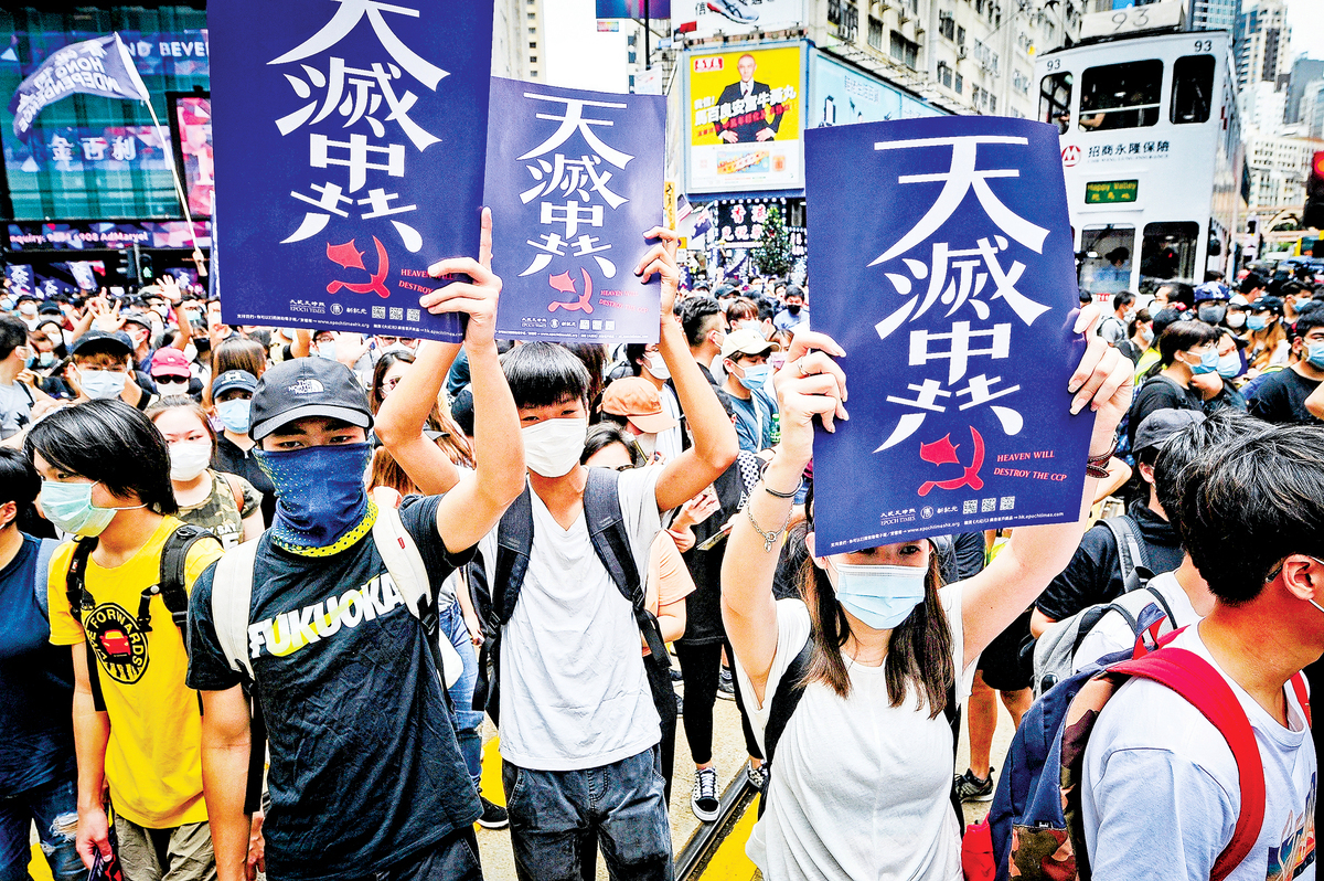 中共隱瞞疫情給全球帶來巨大人員傷亡和經濟損失,同時還輸出獨裁體制,打壓香港、台灣社會並不斷恐嚇西方國家,令更多的西方政界人士認清了中共的本質。圖為5月24日,中共人大宣佈將強推《港版國安法》,引發香港民眾不顧「限聚令」上街表達不滿。(宋碧龍/大紀元)