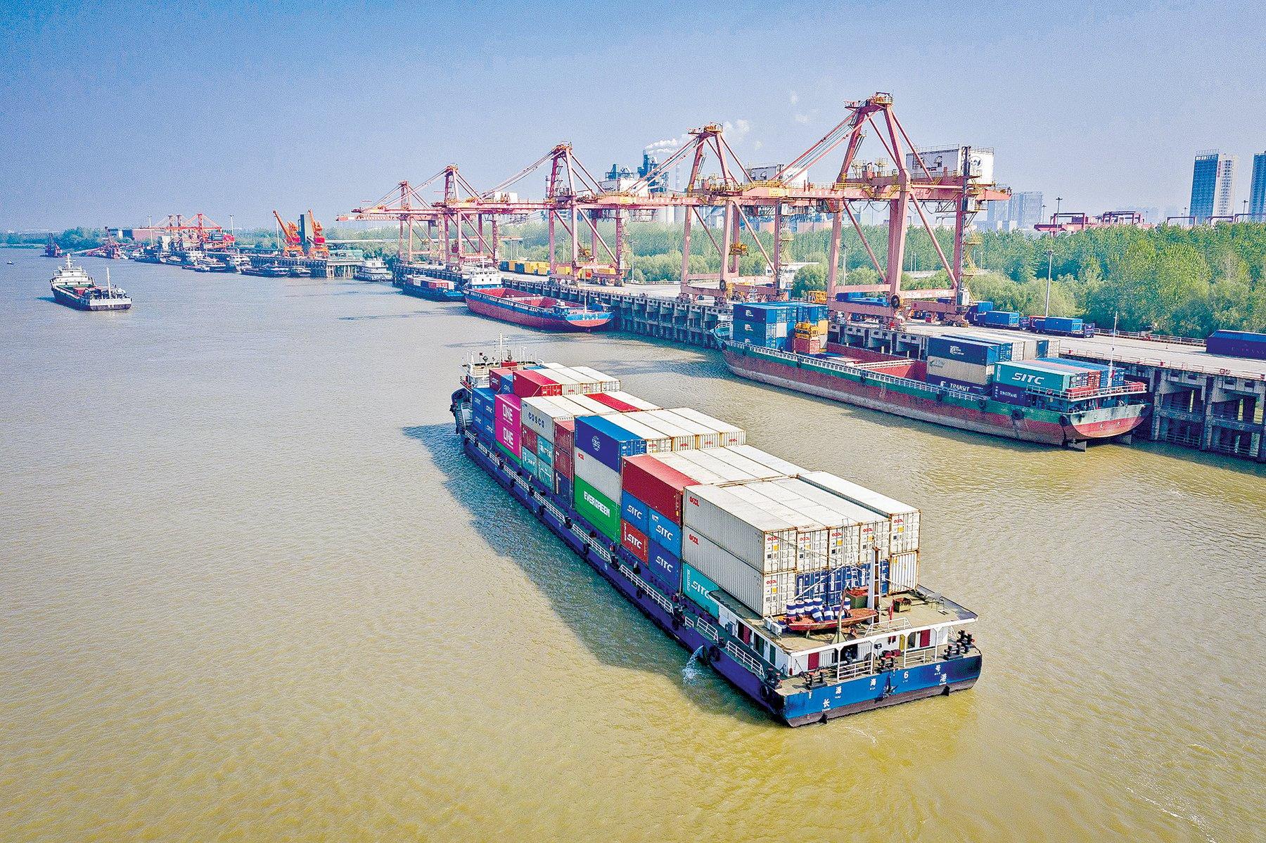 長江上的一條集裝箱貨船正在準備進港,拍攝於2020年4月12日。(STR/AFP via Getty Images)