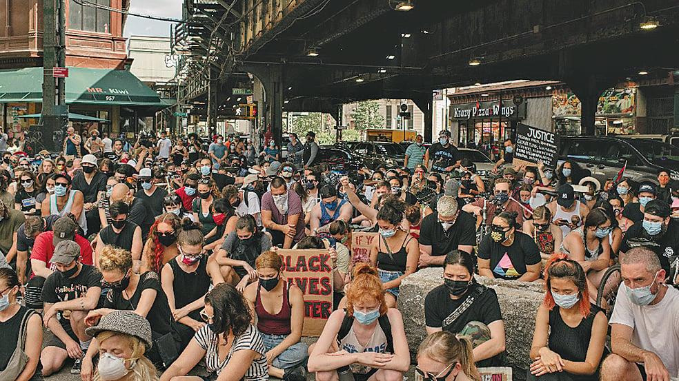 6月12日,在紐約市布魯克林區,抗議者針對弗洛伊德之死舉行示威遊行。(Getty Images)