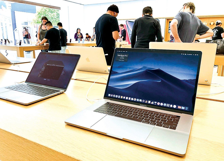 蘋果公司將於明年推出使用ARM架構處理器的MacBook筆記本電腦。圖為蘋果專賣店內的MacBook電腦。(Justin Sullivan/Getty Images)