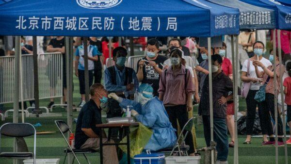 北京市需要做病毒檢測的人排成長龍。(Kevin Frayer/Getty Images)
