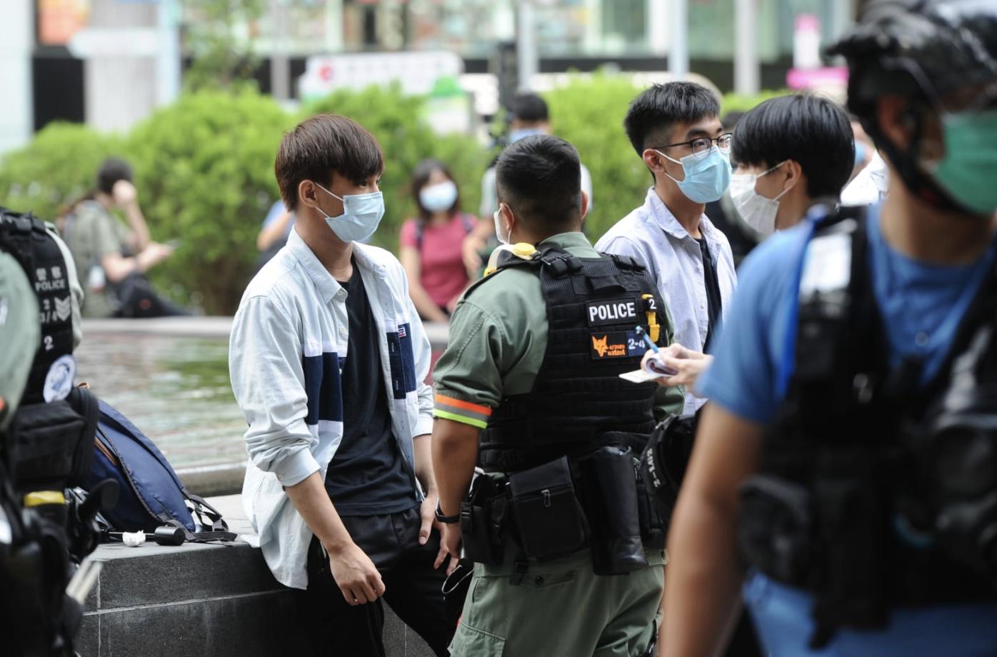 616遊行不獲警方批准,改為各自參與。維園水池邊有學生被防暴警察扣查。(宋碧龍/大紀元)