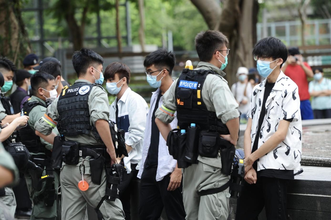 6.16紀念,維園水池邊,不少學生被防暴警察扣查。(宋碧龍/大紀元)