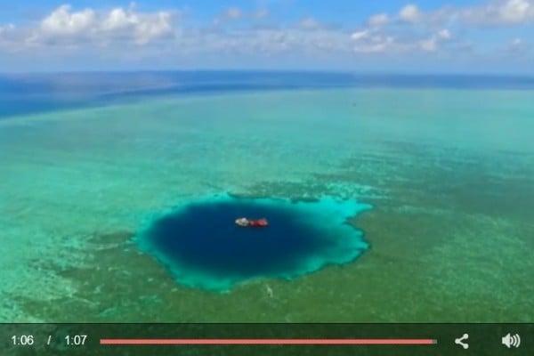 中國研究人員確定在南海發現的300米深的藍洞是世界上最深的水下天坑。(視像截圖)