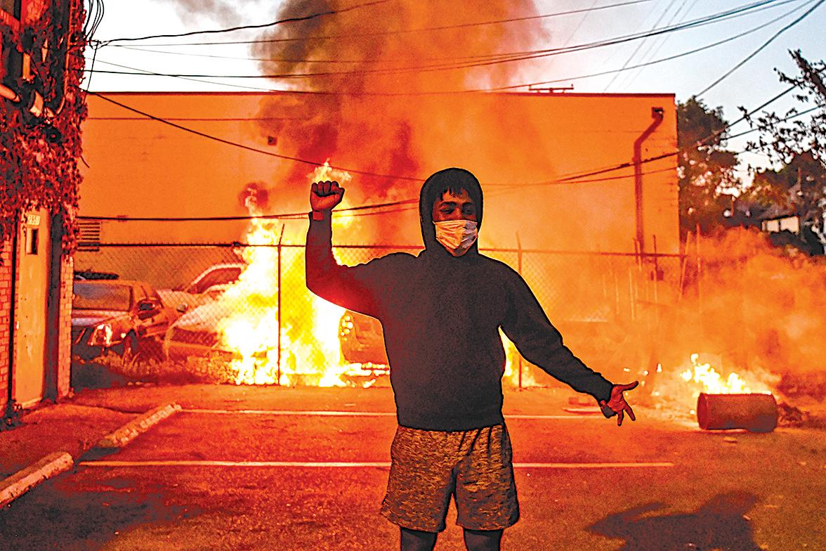 圖為5月29日在明尼蘇達州明尼阿波利斯發生的暴力行動。(CHANDAN KHANNA / AFP)