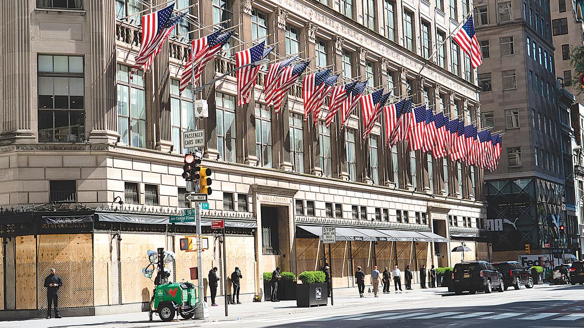 2020年6月5日,曼哈頓五大道的名店櫥窗和玻璃門被釘上了木板,防騷亂者搶劫。(宋昇華/大紀元)
