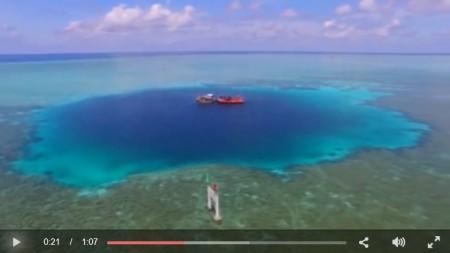 藍洞的深藍色色彩與周圍的海水形成鮮明對比。(視像截圖)