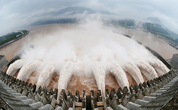 三峽工程帶來許多問題,比如提高地表水位,造成重慶水患,還有,無法清淤泥。(Getty Images)