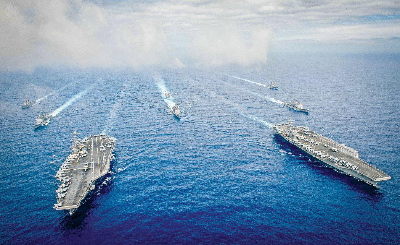 近日,美國海軍3艘航母同時出現在西太平洋水域。美國用展示軍力的方式警告中共。圖為尼米茲號和里根號航母艦隊在海上航行。 (Getty Images)