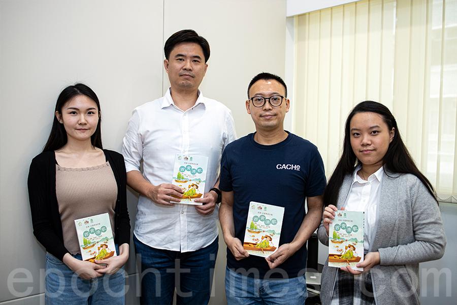 葉德平博士(左二)和黃競聰博士(右二)與學生助理陳運妙(左一)、朱淑文(右一)合照。(陳仲明/大紀元)