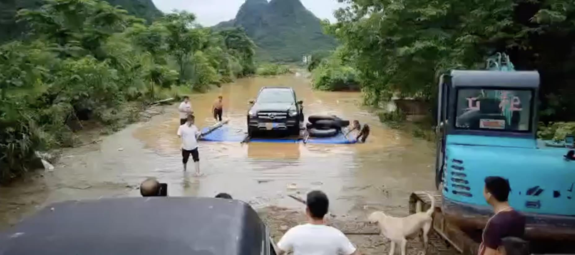 暴雨洪災後,邨民自救找到被水淹沒的汽車。(受訪者提供)