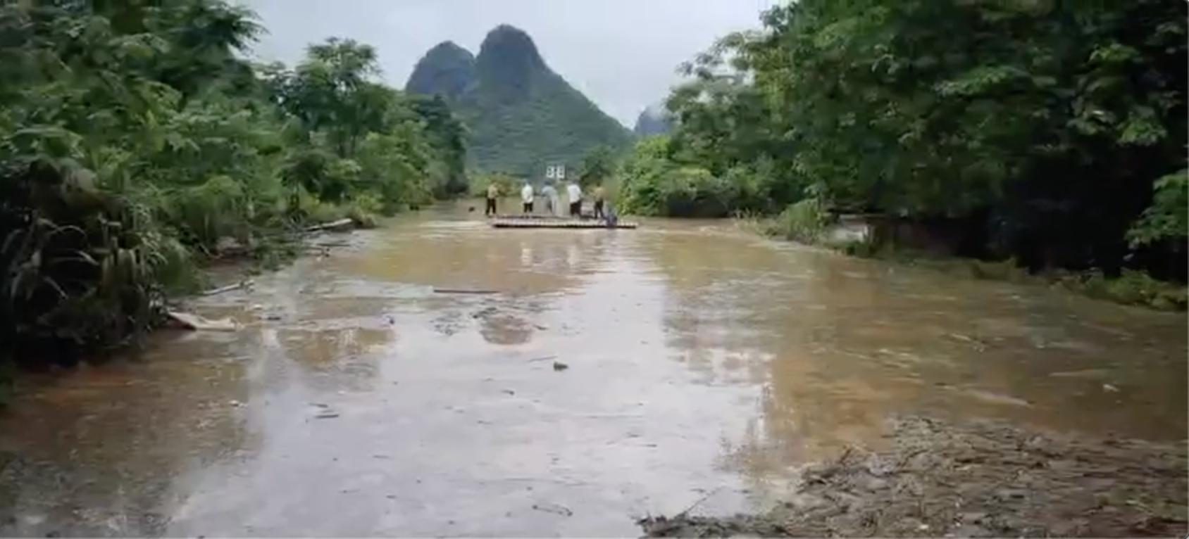 暴雨洪災過後,邨民自救想辦法救出被淹沒的汽車。(受訪者提供)
