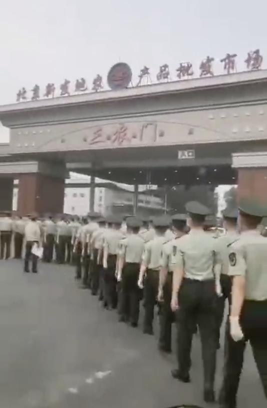 北京新發地市場遭關閉,大量武警進駐監控現場。(影片截圖)