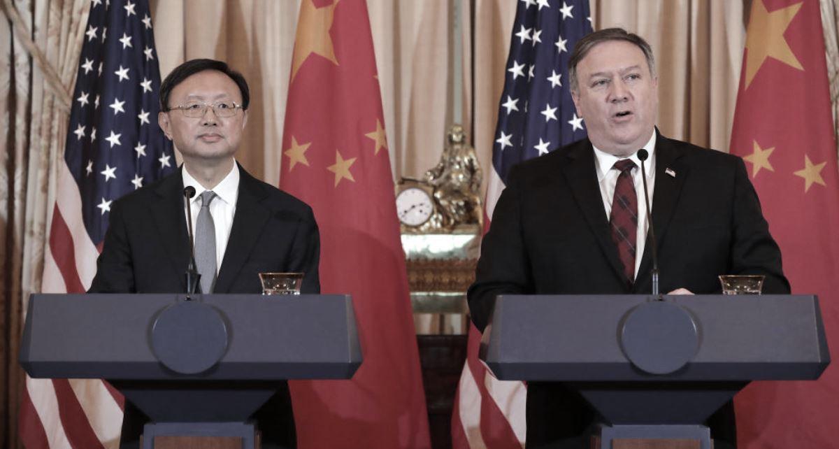 圖為中共中央委員會外事辦公室主任楊潔篪(左)與美國國務卿邁克爾·蓬佩奧2018年11月9日在華盛頓特區舉行的一場聯合新聞發佈會。(Chip Somodevilla/Getty Images)