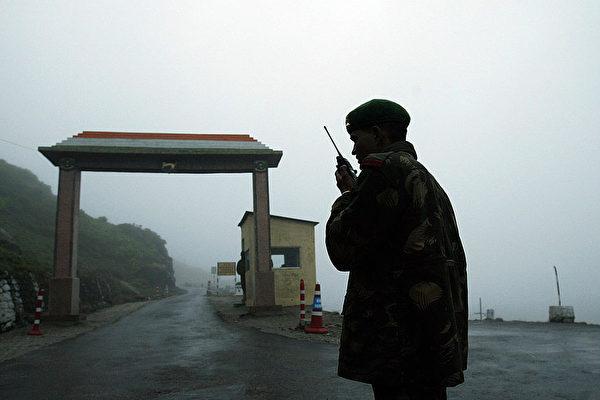 中印邊境6月15日晚爆發激烈混戰,印度軍方聲明印方死亡人數升至20人,中共官方則對中方傷亡人數諱莫如深。圖為中印邊境一名印度士兵在通話。(DESHAKALYAN CHOWDHURY/AFP via Getty Images)