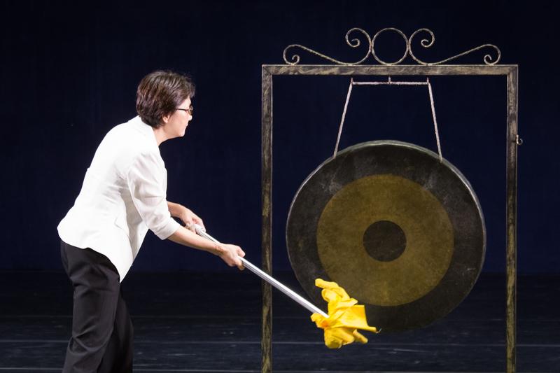 新唐人亞太電視台董事長張瑞蘭為第七屆「全世界中國古典舞大賽」敲鑼,十點如期開賽。(陳柏州/大紀元)