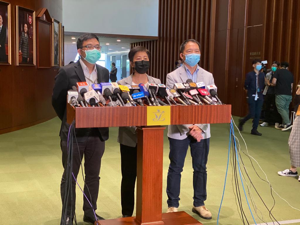 6月17日下午,民主黨就梁君彥否決休會待續討論「國安法」動議表示譴責。(霄龍/大紀元)