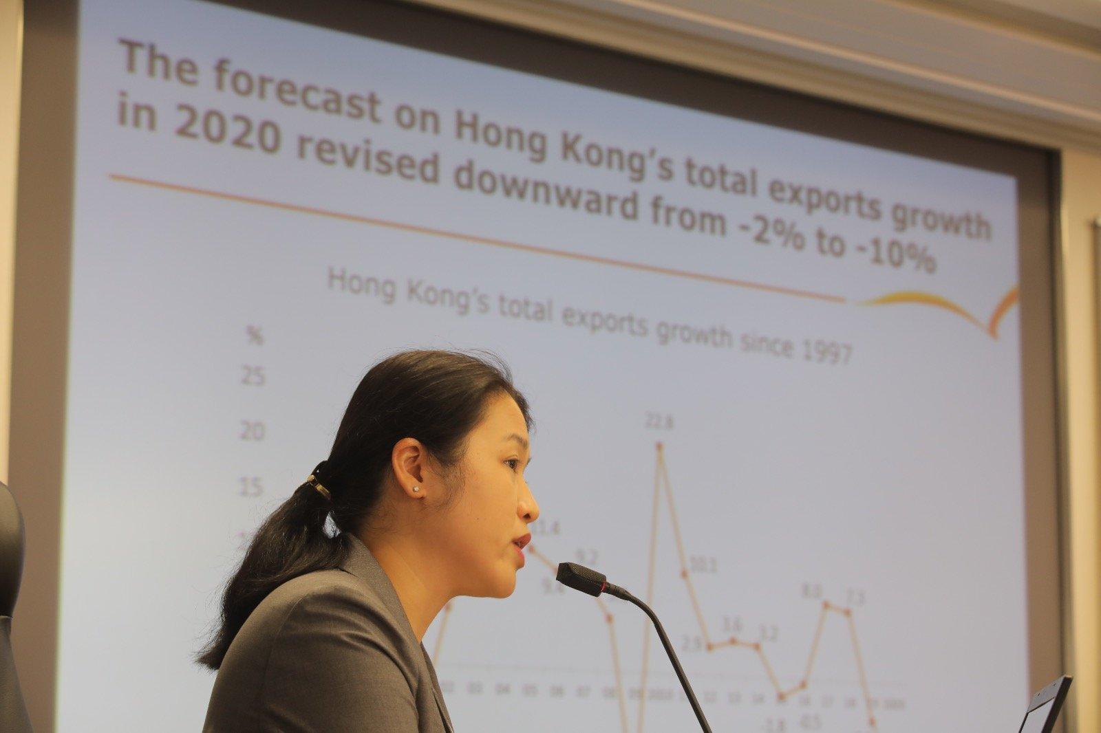 香港貿發局下調對今年香港出口預測,由收縮2%下調至收縮10%。圖為香港貿發局大中華區助理首席經濟師曾詩韻。圖:香港貿發局提供)