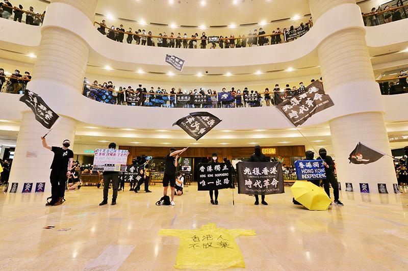 6月15日,大批身穿黑衣、繫上白絲帶的市民在金鐘太古廣場內外悼念反送中抗爭者梁凌杰。(大紀元資料圖片)