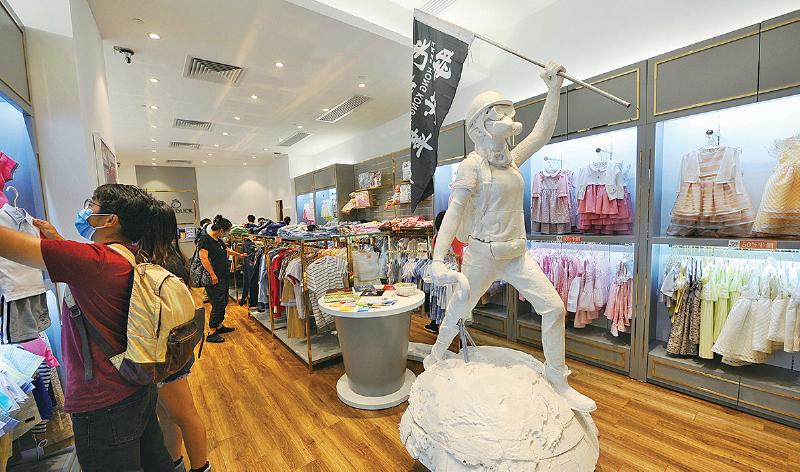 Chickeeduck擺放香港民主女神像 愉景新城要求移走