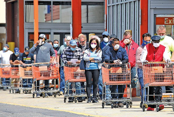 5月20日,紐約 Farmingdale 一家 Home Depot店前排起長龍。(Getty Images)